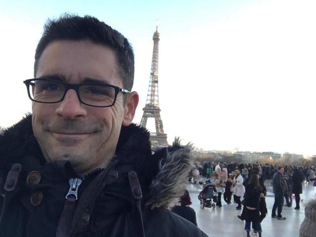 Stéphane Graciet à Paris, devant la Tour Eiffel